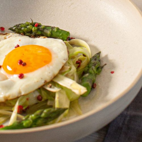 Uovo all'occhio su letto di asparagi